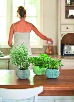 Sada tří designových plastových květináčů COZIES TRIO